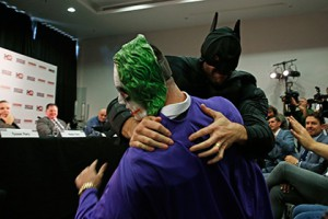 Фьюри сыграл Бэтмена и победил Джокера на пресс-конференции с Кличко