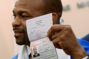 Знаменитый боксер Рой Джонс получил паспорт гражданина Российской Федерации