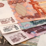 Торги на Московской бирже начались с ослабления рубля