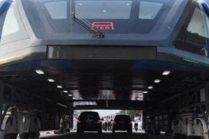 Транспорт будущего: в Китае испытывают автобус-портал