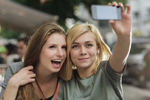 Молодые девушки страдают депрессией из-за селфи