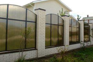 Забор из поликарбоната — дизайнерский изыск или практичное решение?