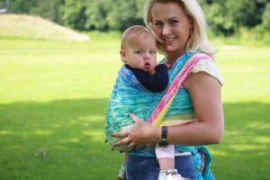 Слинг-шарф помогает матери установить более тесный контакт с новорожденным