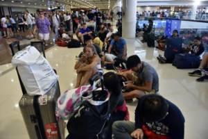 Десятки тысяч туристов на Бали не могут вылететь домой