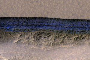 Крутые склоны на Марсе открывают вид на слои подповерхностного льда