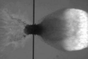 Пуля разбивается об экспериментальный щит для космических кораблей
