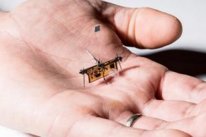 Летающего робота научили получать энергию из лазерного луча
