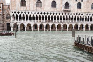 Туристов в Венеции переселяют на верхние этажи отелей