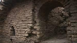 Археологи исследуют фрагмент магистрали средневекового города в Пскове