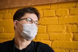 Израильский доктор назвал бессмысленным ношение масок на улице