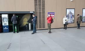 Коронавирус передается людьми в масках на расстоянии в полтора метра