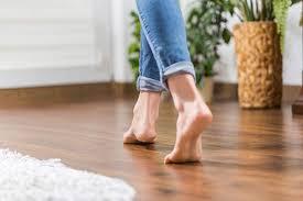 Привычка ходить дома босиком грозит развитием воспалительных заболеваний
