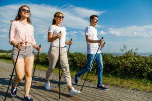 Эксперты раскрыли секрет популярности скандинавской ходьбы