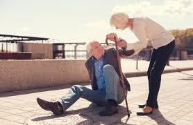 Ношение маски увеличивает риск падений у пожилых людей. Что делать?