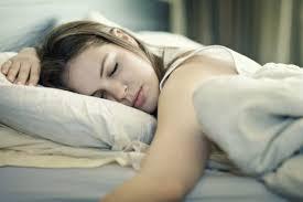 Исследователи объяснили как уличный шум и деревья связаны с качеством сна подростков