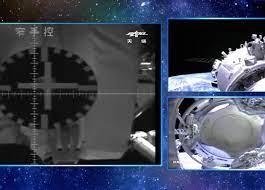Первый экипаж новой китайской орбитальной станции перешел в ее основной модуль