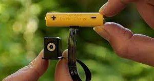 Адаптер в форме батарейки запитает старые гаджеты от USB и розетки