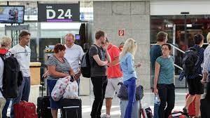 Зачем туристы выстраиваются в очереди на посадку в самолёт?
