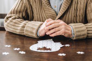 Чтение, головоломки и настольные игры могут отсрочить болезнь Альцгеймера на 5 лет