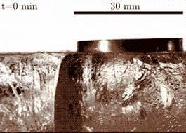 Тень замедлила сублимацию и сформировала ледяной пьедестал для дзен-камня